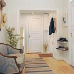 Цветные элементы мебели для белоснежного скандинавского стиля прихожей