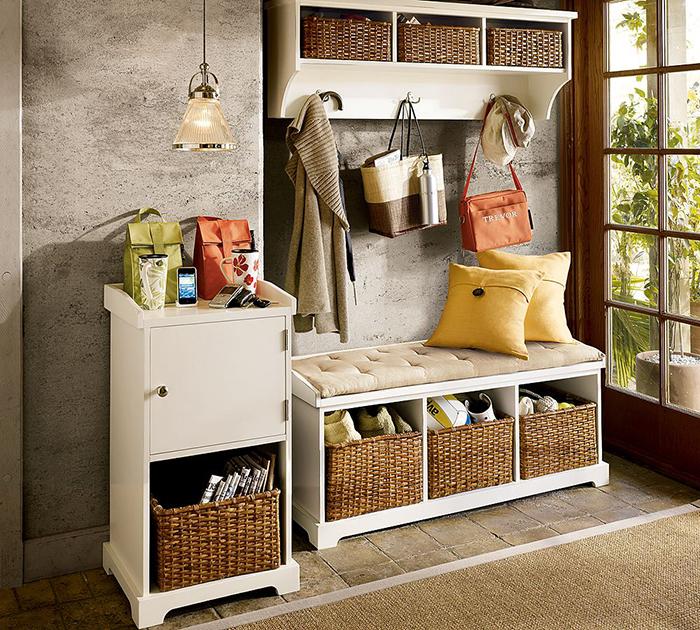 Удобная белая модульная кантри мебель с корзинками для прихожей