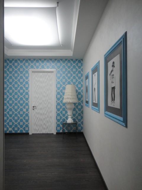 Нежный синий оттенок в создании стен прихожей