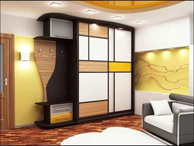 Шкаф купе в прихожей с элементами коричневого цвета