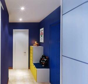 Синие стены в прихожей с белым потолком и полом