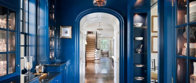 Красивая синяя прихожая с деревянной мебелью