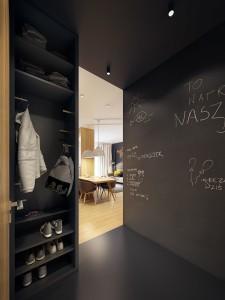 Черная стена в прихожей с оригинальными надписями