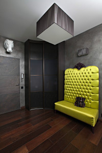 Прихожая с ярким желтым диваном в черном оформлении