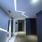 Темная прихожая с синими стенами и светлым потолком