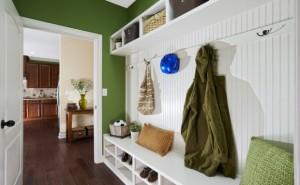 Удобный белый шкаф с полками для зеленой прихожей
