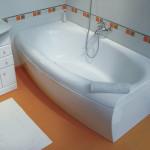 Акриловая ванна установленная в помещении