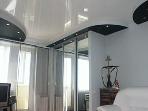 Белый глянцевый потолок в небольшом помещении