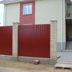 Дом огражденный забором из профнастила
