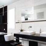 Интерьер ванной с использованием черной и белой плитки