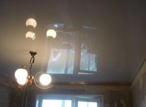 Использование белого потолка в небольшом помещении