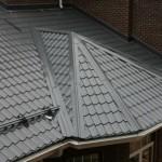 Поверхность крыши из качественной металлочерепицы