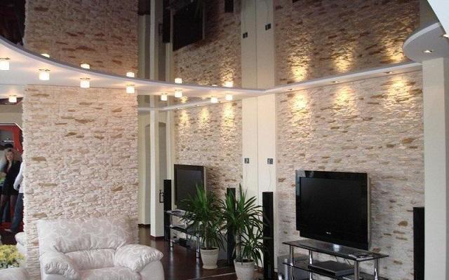 Практичные советы по выбору натяжного потолка для маленькой комнаты