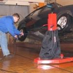 Работа с автомобильным подъемником