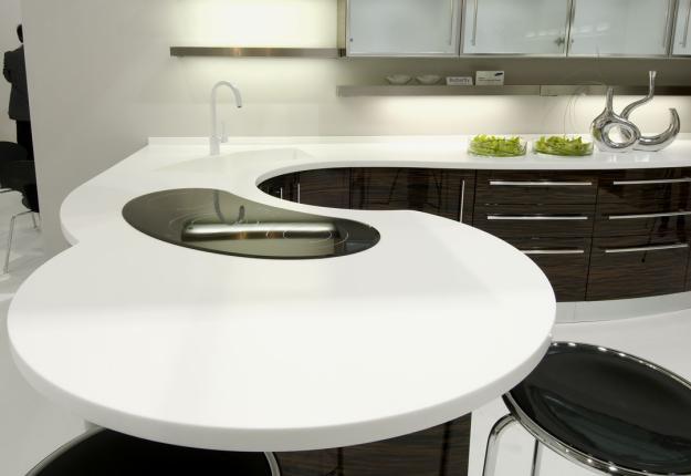 Столешница необычныой формы для кухни из камня