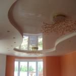 Светлый потолок из натяжного потолка в небольшой комнате