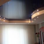 Темный потолок натяжного типа для небольшой комнате