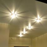 Установленные точечные приборы для освещения