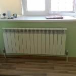 Установленный алюминиевый радиатор отопления