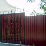 Забор из профнастила с коваными деталями