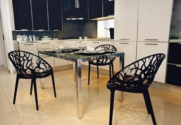 Черные стулья на кухне из пластика