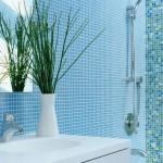 Голубая мозаика в интерьере ванной