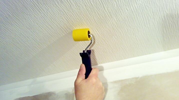 Как поклеить обои на стенах и потолке