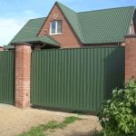 Как правильно расположить забор относительно других строений