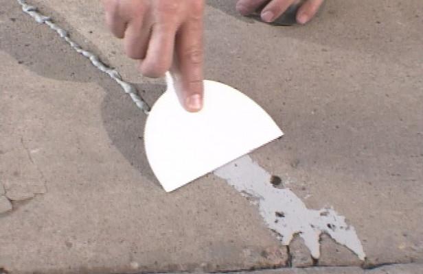 Как зачистить поверхность для заделки трещины