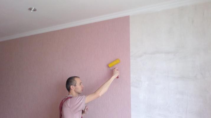 Оклеить стены обоями или их покрасить