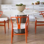 Оранжевые пластиковые стулья