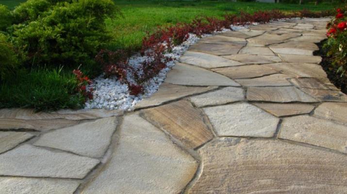 Преимущества мощения участка с помощью природных камней