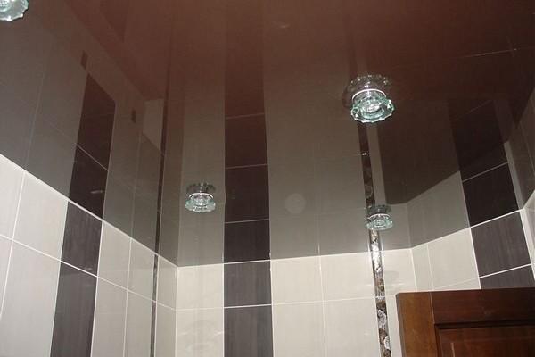 Преимущества установки натяжного потолка в ванной комнате