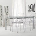 Прозрачные пластиковые стулья
