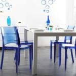 Синие пластиковые стулья