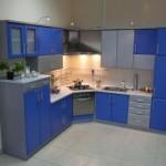 Угловая кухня в большой комнате
