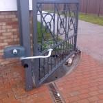 Установленная автоматика для распашных ворот