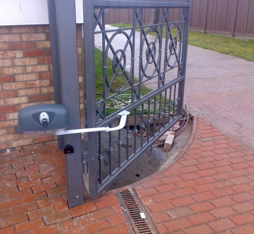 Электро приводна ворота сплошной забор из профнастила