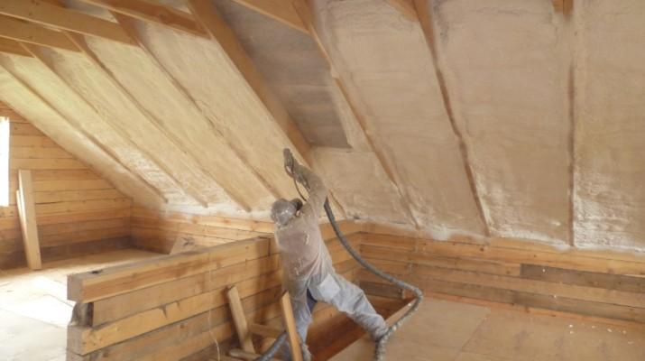 Варианты отделки потолка мансарды
