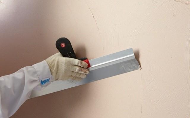 Как выровнять стены под обои с помощью шпаклевки