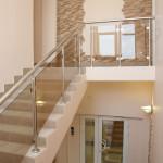 Красивая лестница для дома из стекла