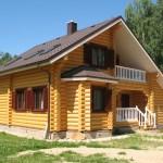 Оцилиндрованное бревно и дом