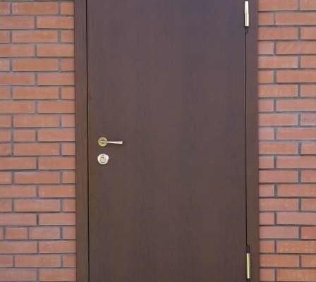Установленная железная дверь