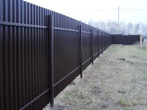 Забор из профнастила изнутри участка