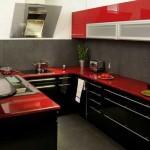 красная кухня с черными деталями