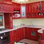 красная кухня в доме