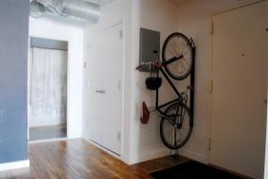 Место для велосипеда в прихожей оформленной в стиле лофт
