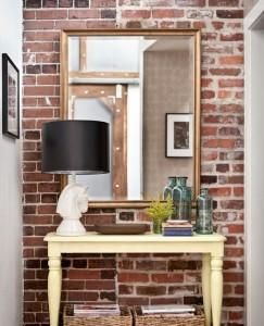 Красный кирпич в оформлении стен для лофт стиля в небольшой прихожей