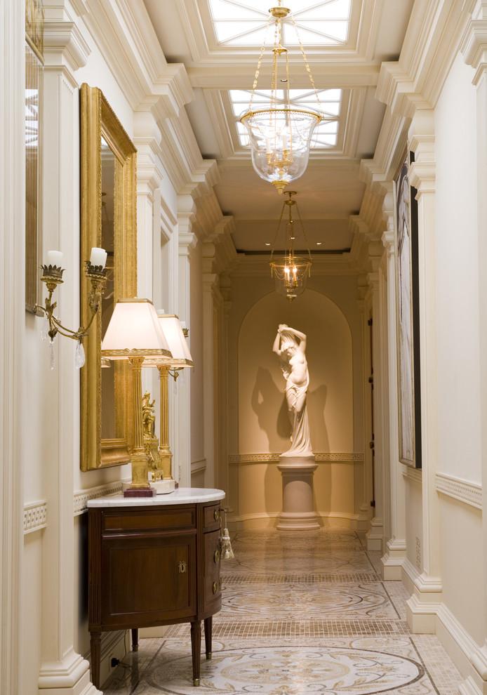 свой статуэтка в коридоре дизайн фото почетом