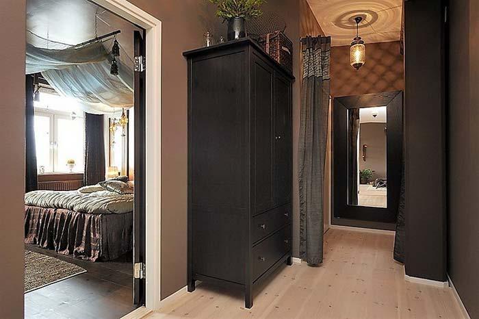 Темная мебель в прихожей в коричневом оформлении